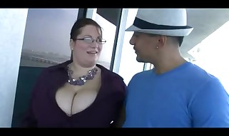 Plumper realtor pulverizes her client