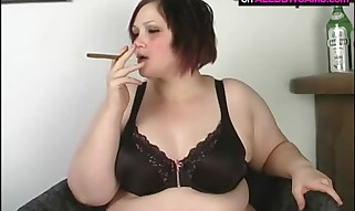 Plumper MILLA MONROE PLAYING WITH HERSELF